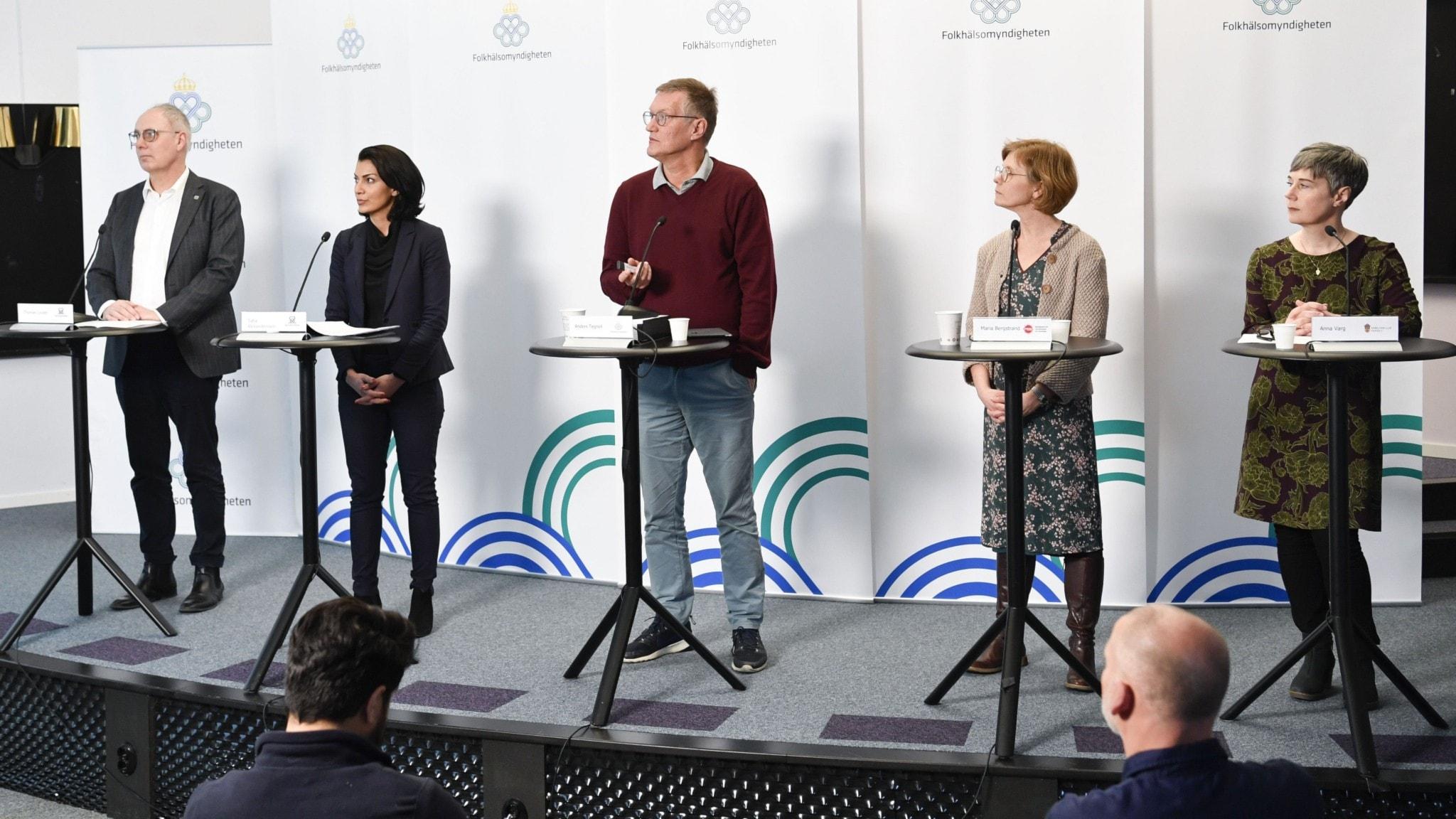Folkhälsomyndigheten håller presskonferens med olika myndigheter.