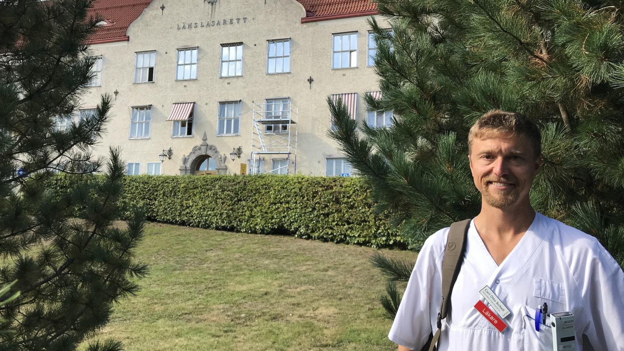 Carl Otto Schell framför den gamla lasarettsbyggnaden i Nyköping