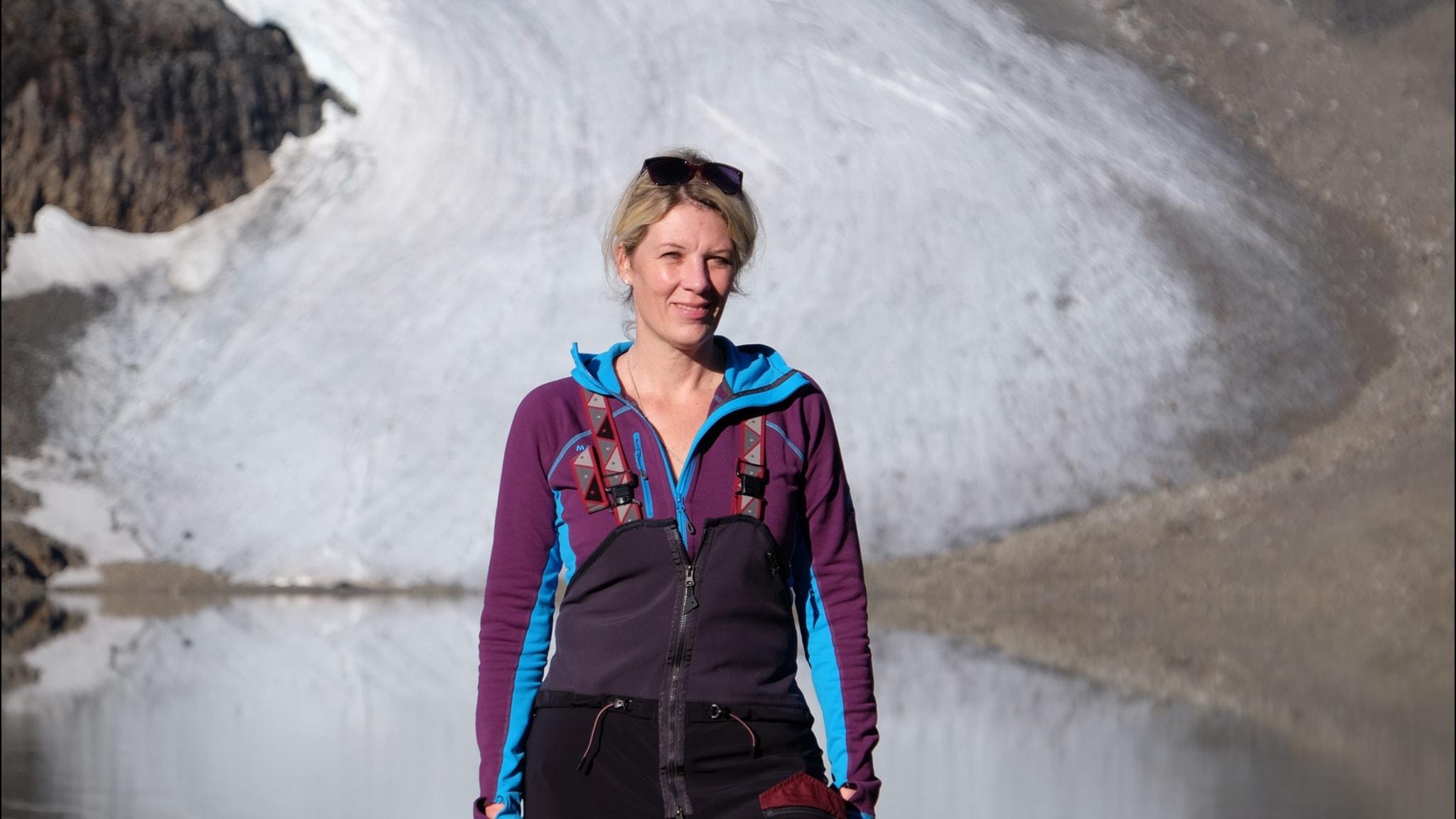 Nina Kirchner, framför en glaciär i Tarfala.