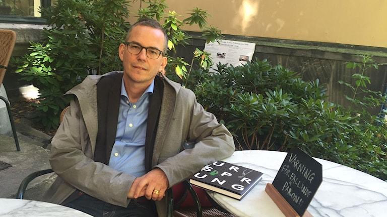Ulf Ellervik med sin senaste bok. Foto: Lena Nordlund/Sveriges Radio