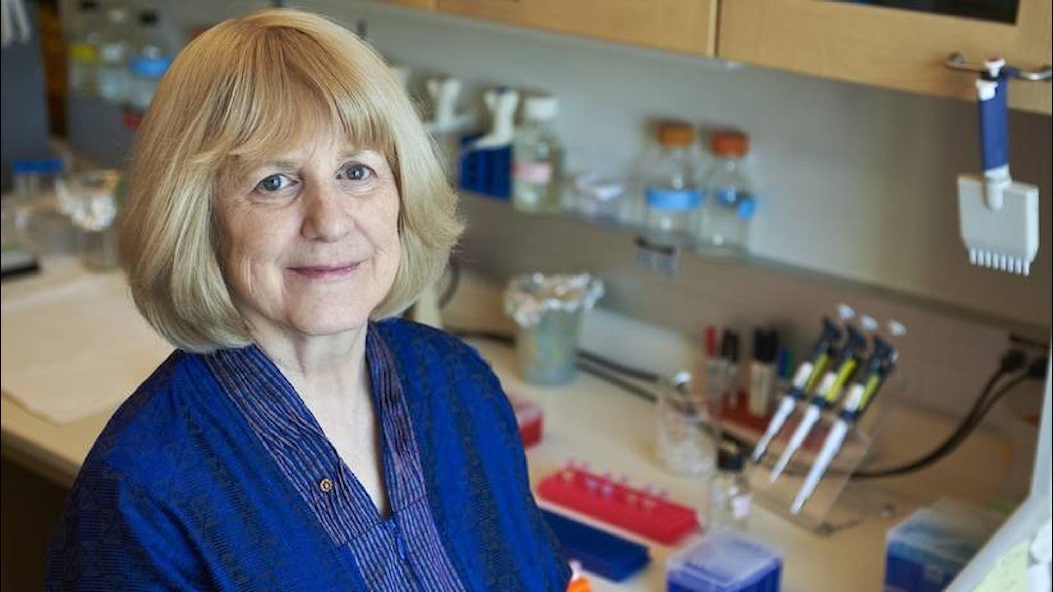 Mary-Claire King vid en laboratoriebänk.