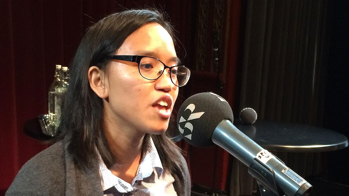 Louise Buenafe Mistén, spoken word-artist på scen i P1 Debatt om arbetslösheten. Foto:Sveriges Radio.