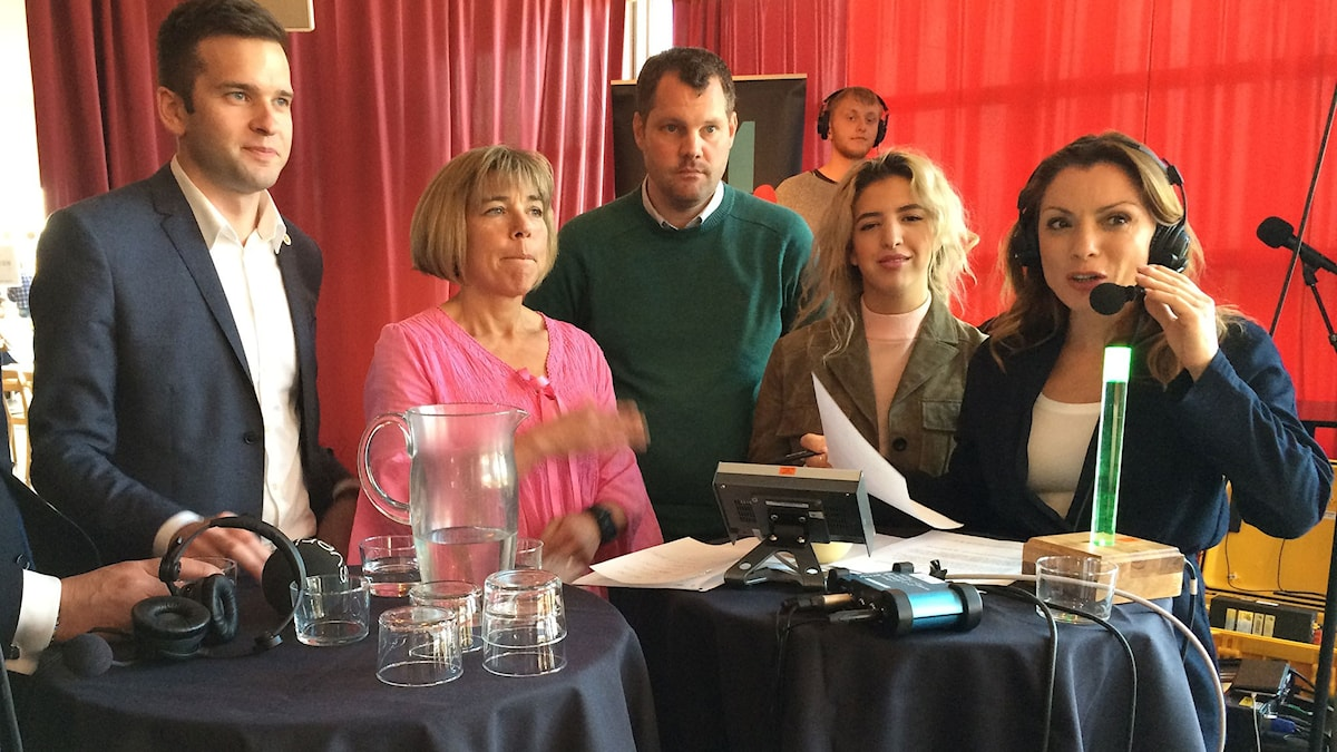 Alexandra Pascalidou, programledare i P1 Debatt, med gäster.