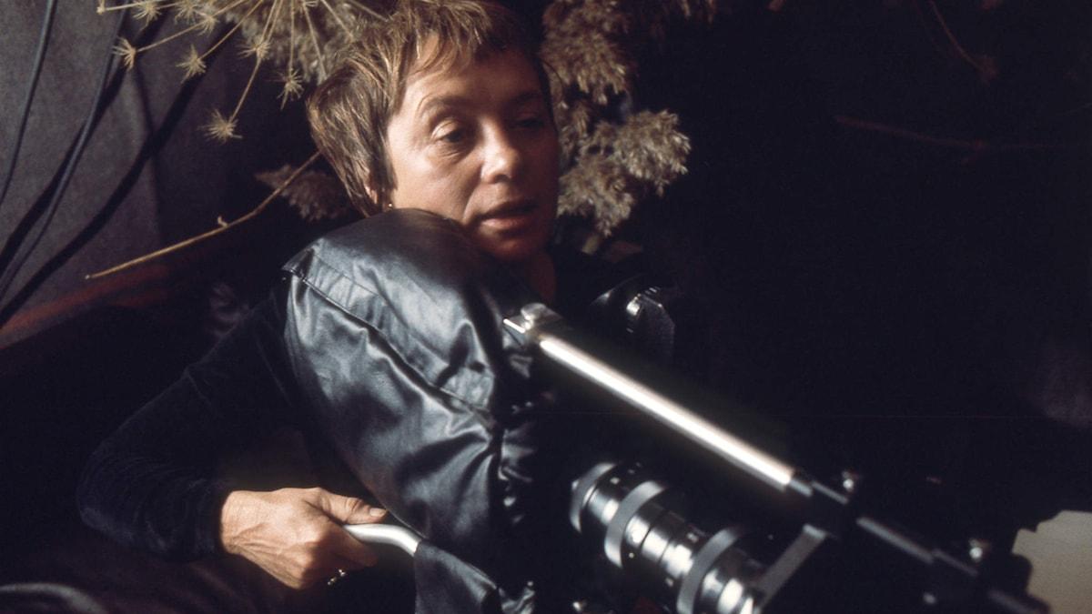 Mai Zetterling regisserar Vi har många namn för SVT 1976. Foto: SVT Bild