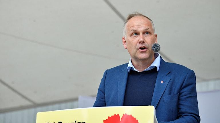 Jonas Sjöstedt (V) håller tal i Almedalen.