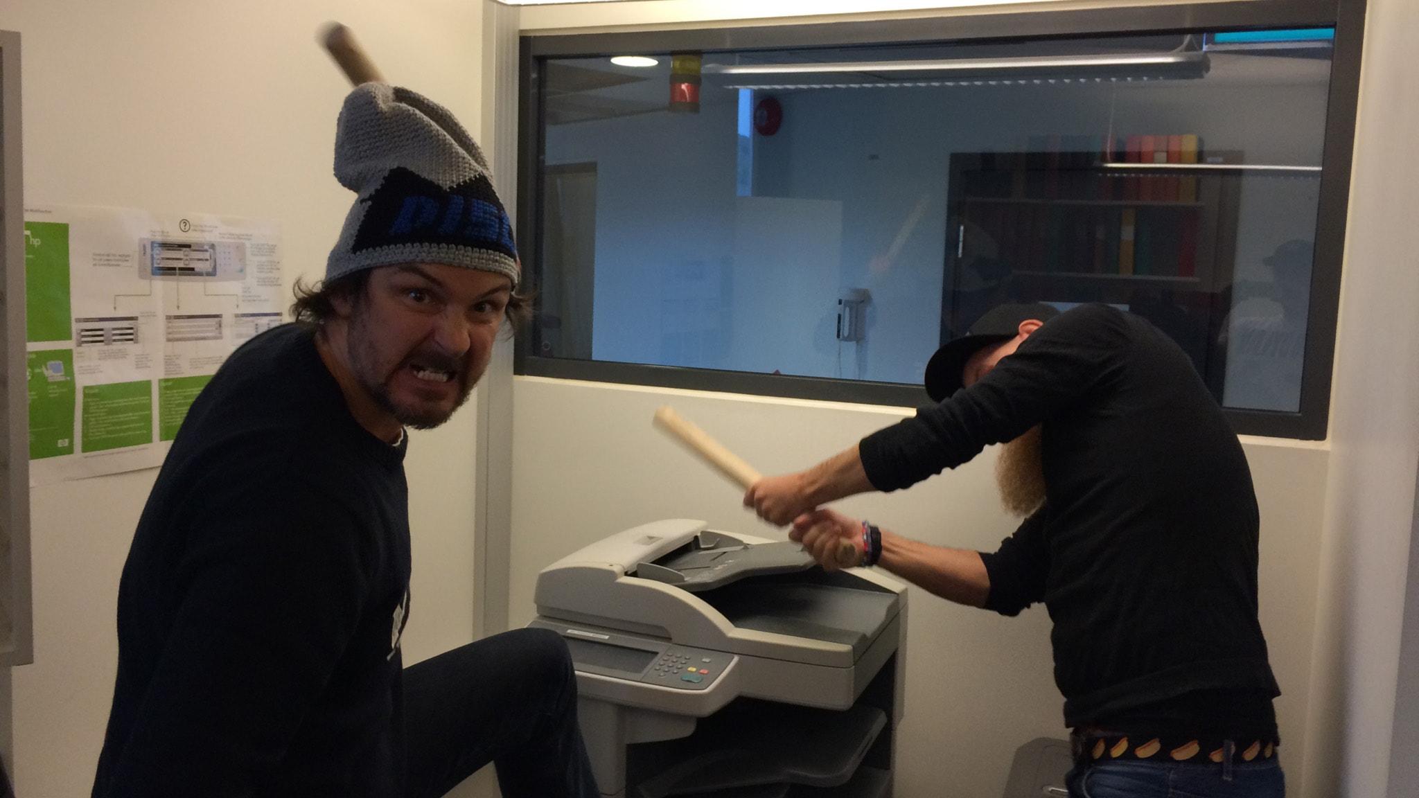 Christer och Morgan slår sönder en skrivare
