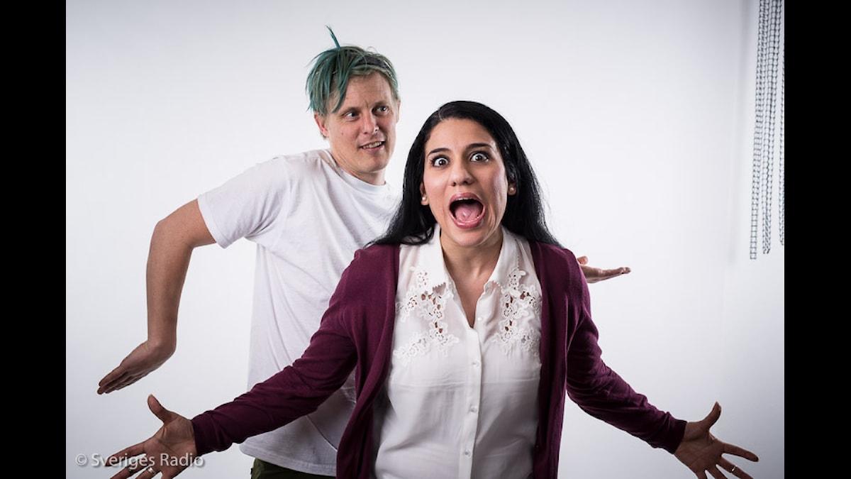 En bild av en blåhårig Simon Svensson och en skrikande Rihaneh Rouhani
