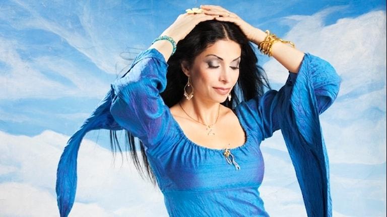 Zinat Pirzadeh tar kulturjouren i SöndagsMorgan.