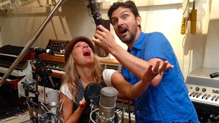 morgan och emma låtsassjunger i mikrofoner