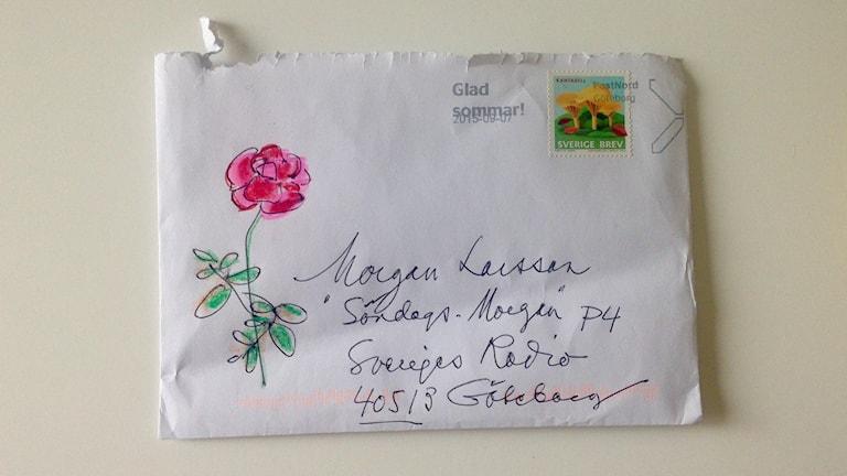 Ett vitt kuvert med snirklig text, adresserat till Morgan