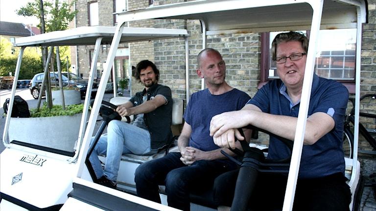 Bosse, bengt och Morgan sitter golfbilar.