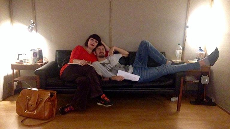 Petra och Morgan i soffan i studion