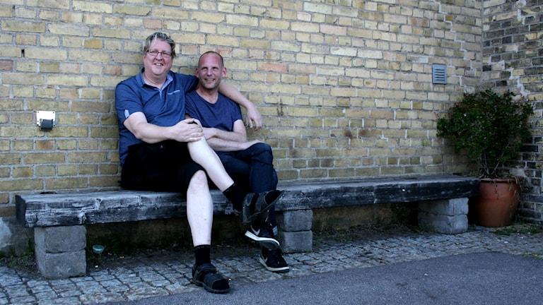 Bengt och Bosse på en bänk