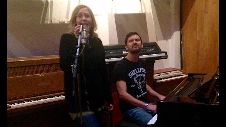 Sara och Morgan sjunger upp