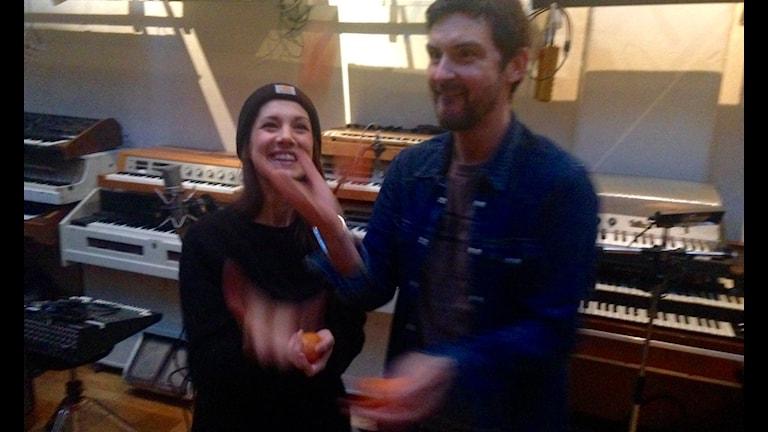 Morgan och Nina jonglerar med frukostclementinerna.