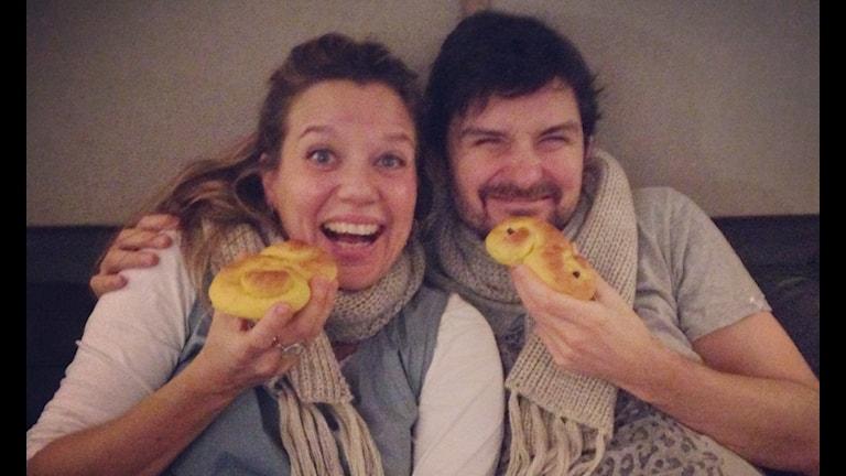 Emma och Morgan är glada och mysiga