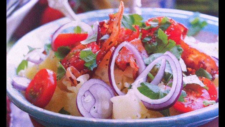 Rödlök, tomater, pasta och goda grejer i en skål
