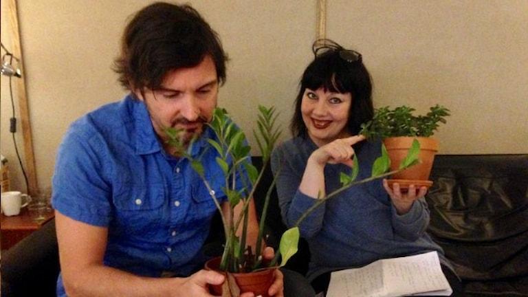 Morgan och Petra håller i krukväxter