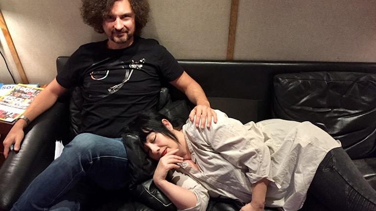 Morgan och Petra vilar sig inför sändningen.