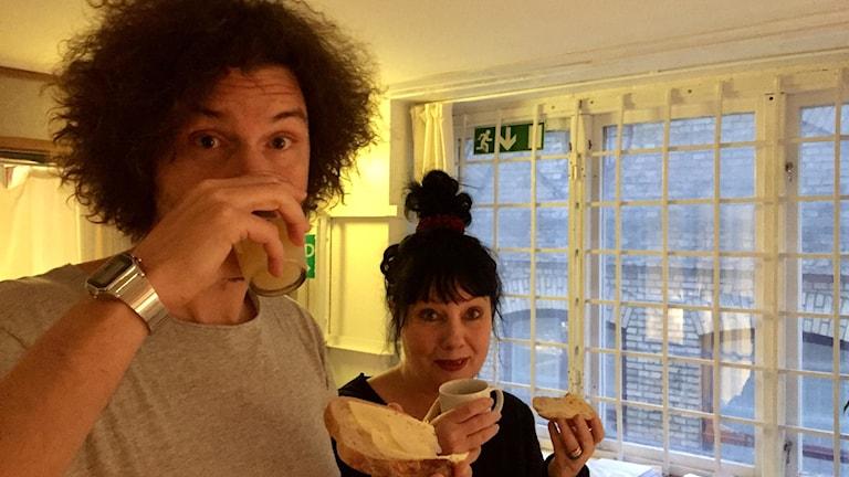Morgan och Petra tittar ut genom vårt rätt så omysiga frukostfönster...