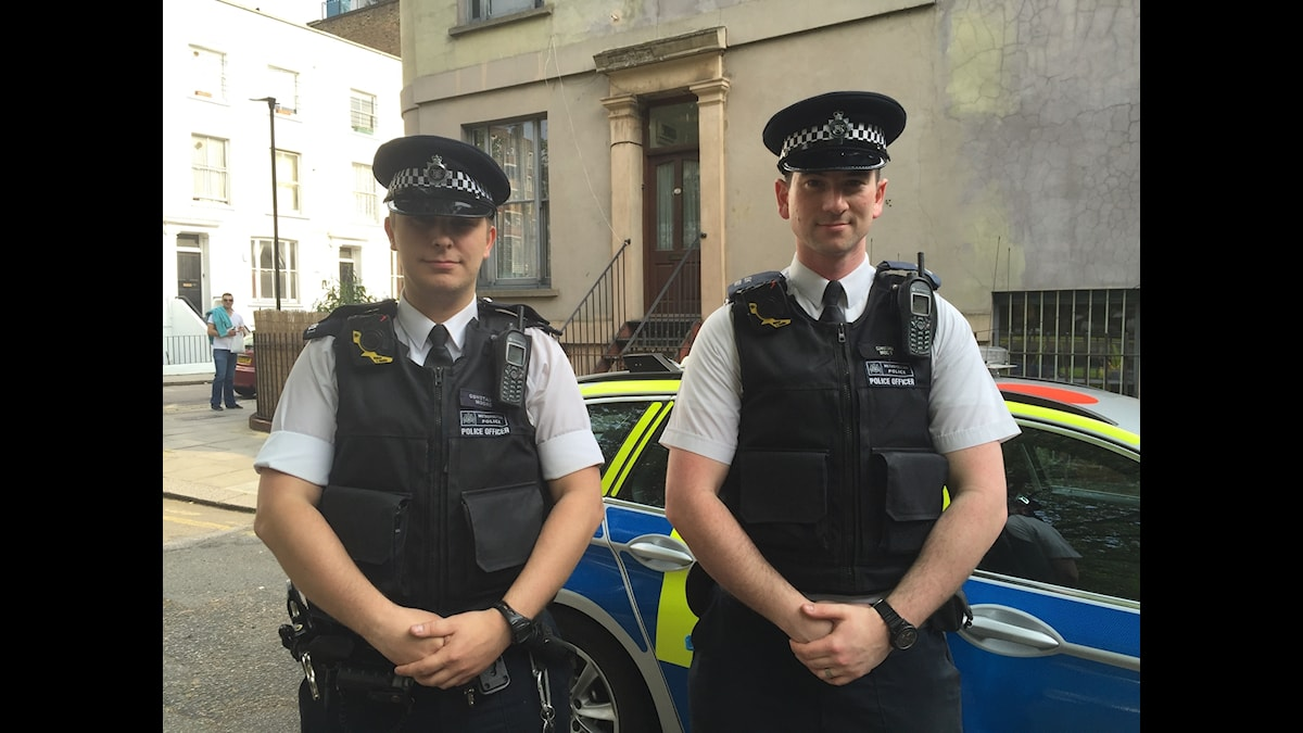 Poliser i London, utrustade med kameror.