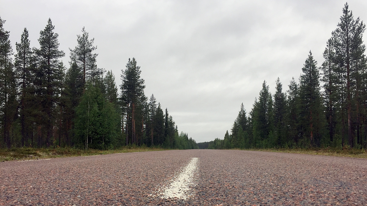Landsväg, bilväg, mittlinje.