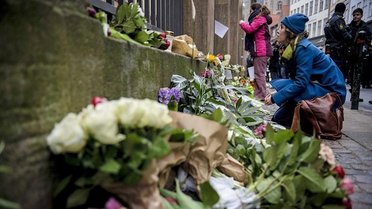 Blommor utanför synagogan