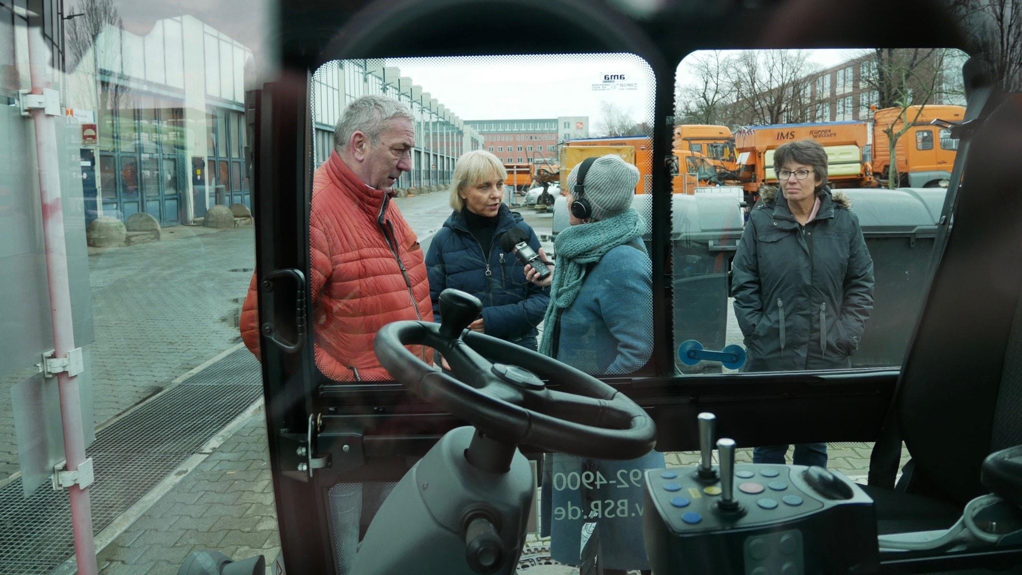 Pyramiden besöker BSR, Berliner Stadtreinigung, stadens renhållningsföretag