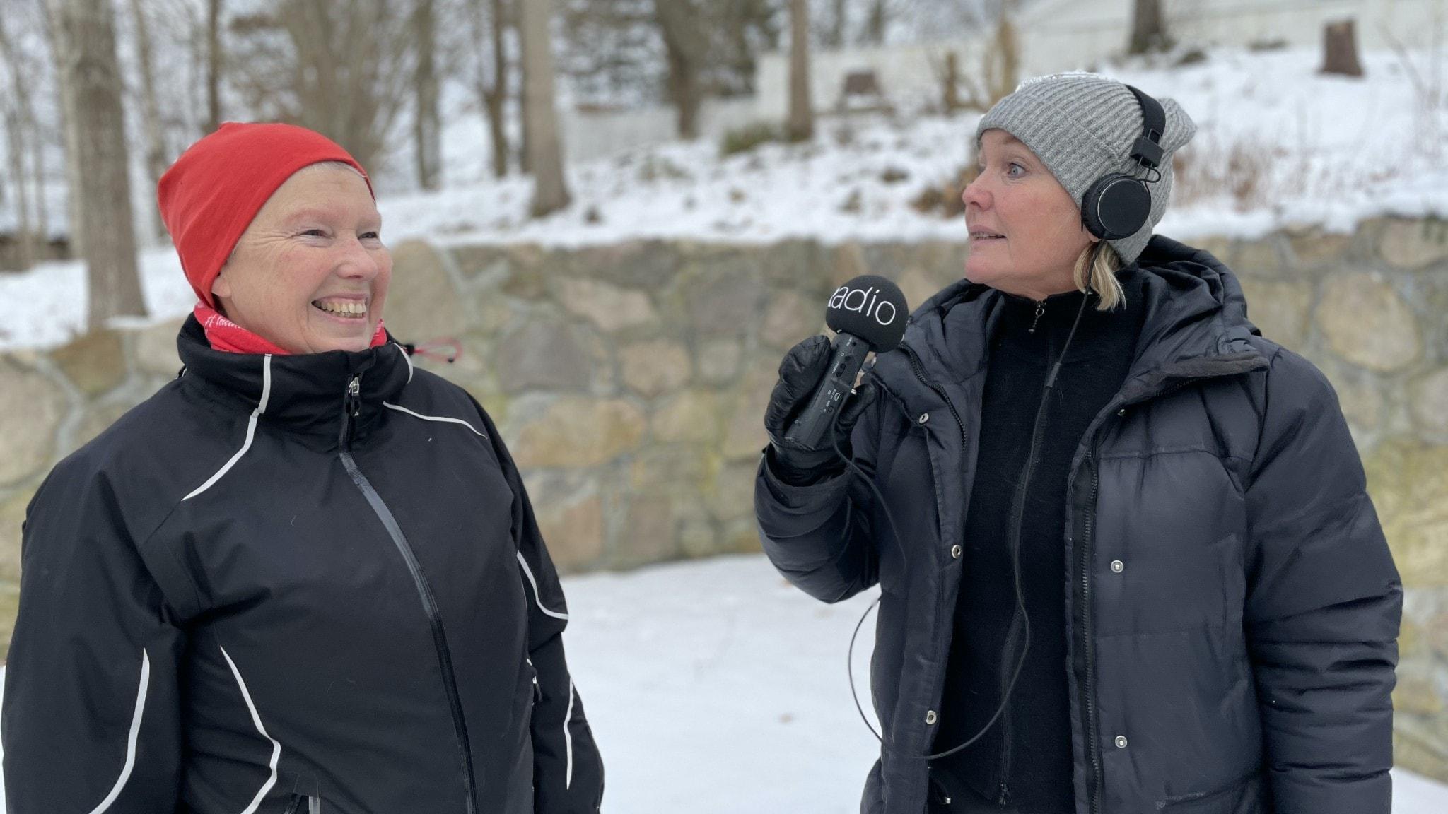 Mia Andersson och Agneta Nordin pratar skogsträdgårdsodling