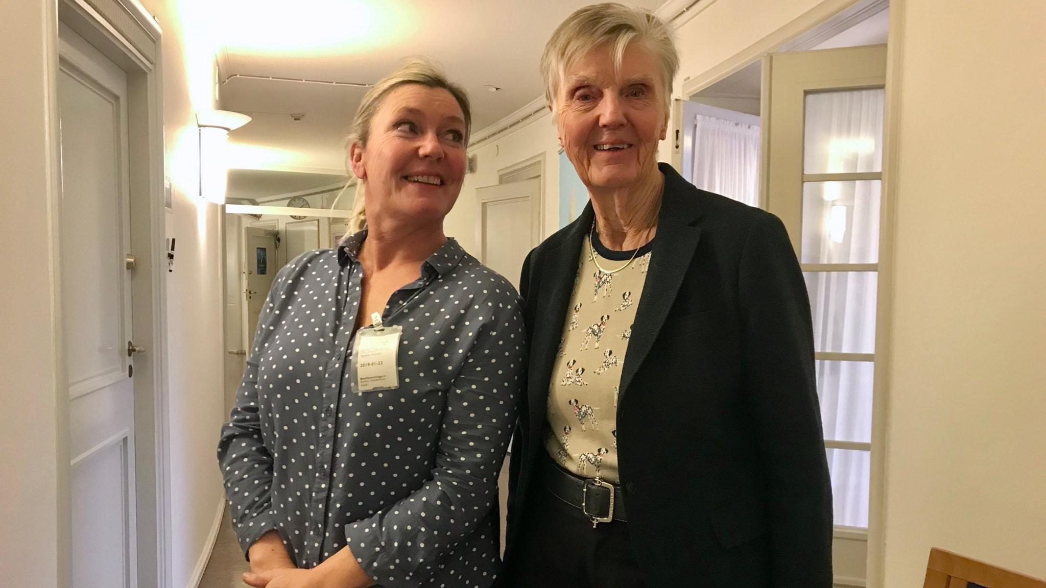 Programledaren Agneta Nordin och Barbro Westerholm i riksdagen