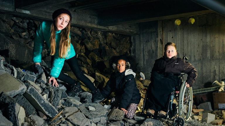 Anja (Lova Atterhall), Samira (Cleo Andersson) och John (Scott Isitt) i High Tower. Julkalendern 2014. Foto: Alexander Donka