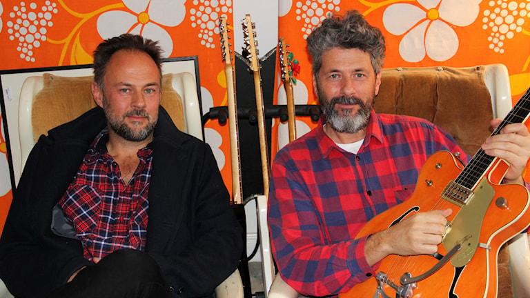 Gitarrskolan: Andreas och Mathias Lindgren, Bröderna Lindgren, har gjort musiken i julkalendern. Foto: Stina Ericsson/Sveriges Radio