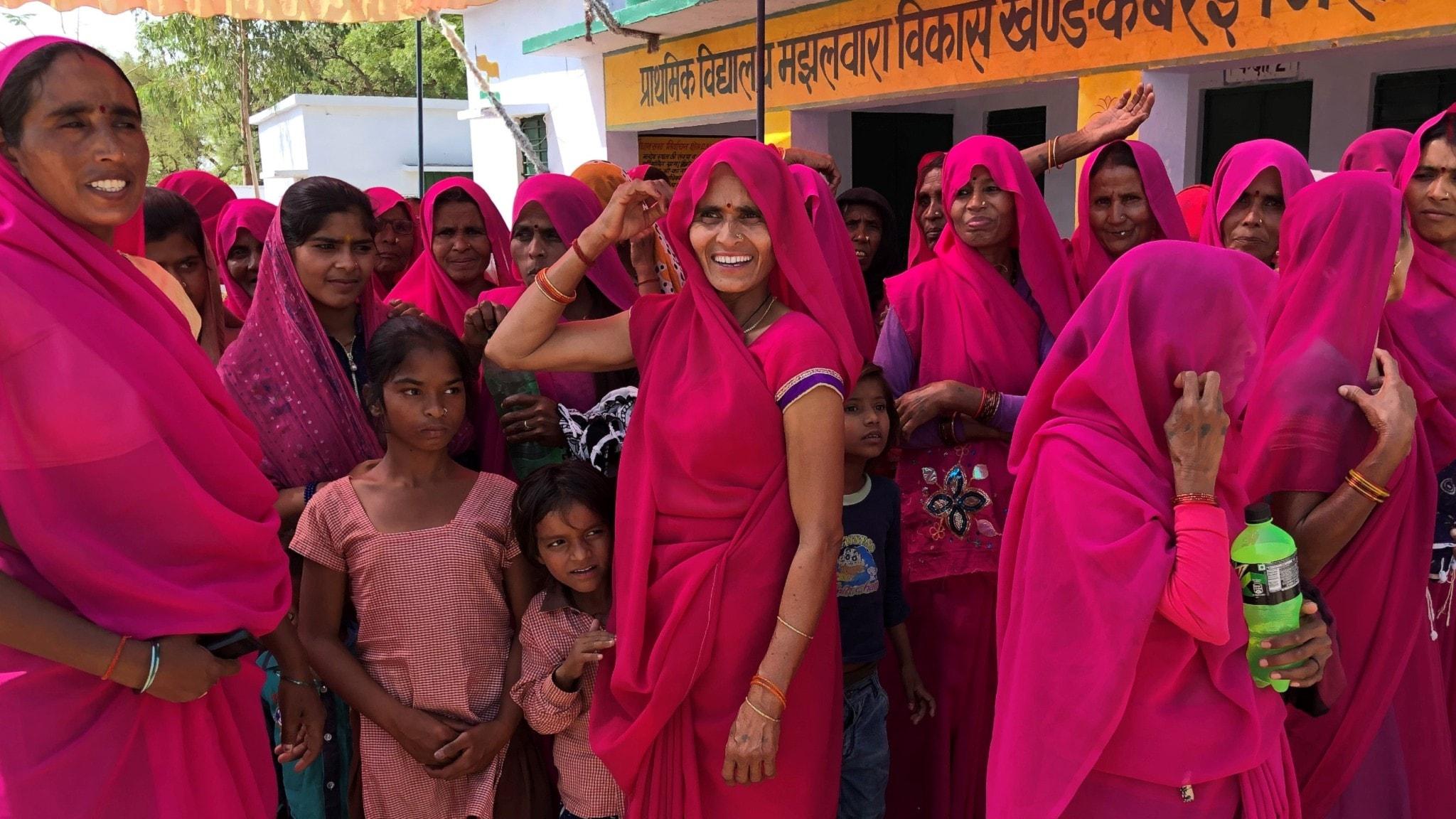 Rosaklädda indiskor har samlats. De tillhör ett så kallat Gulabi Gang som trakasserar män som misshandlar.
