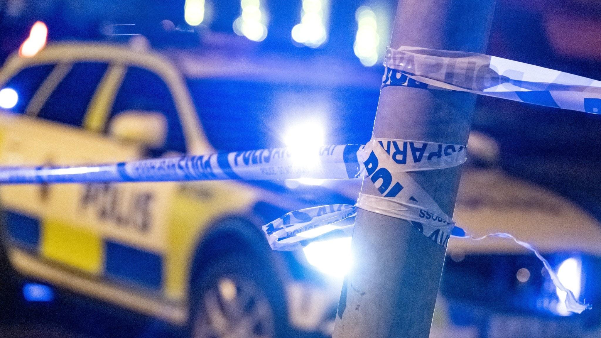 Polisbil syns bakom avspärrning.