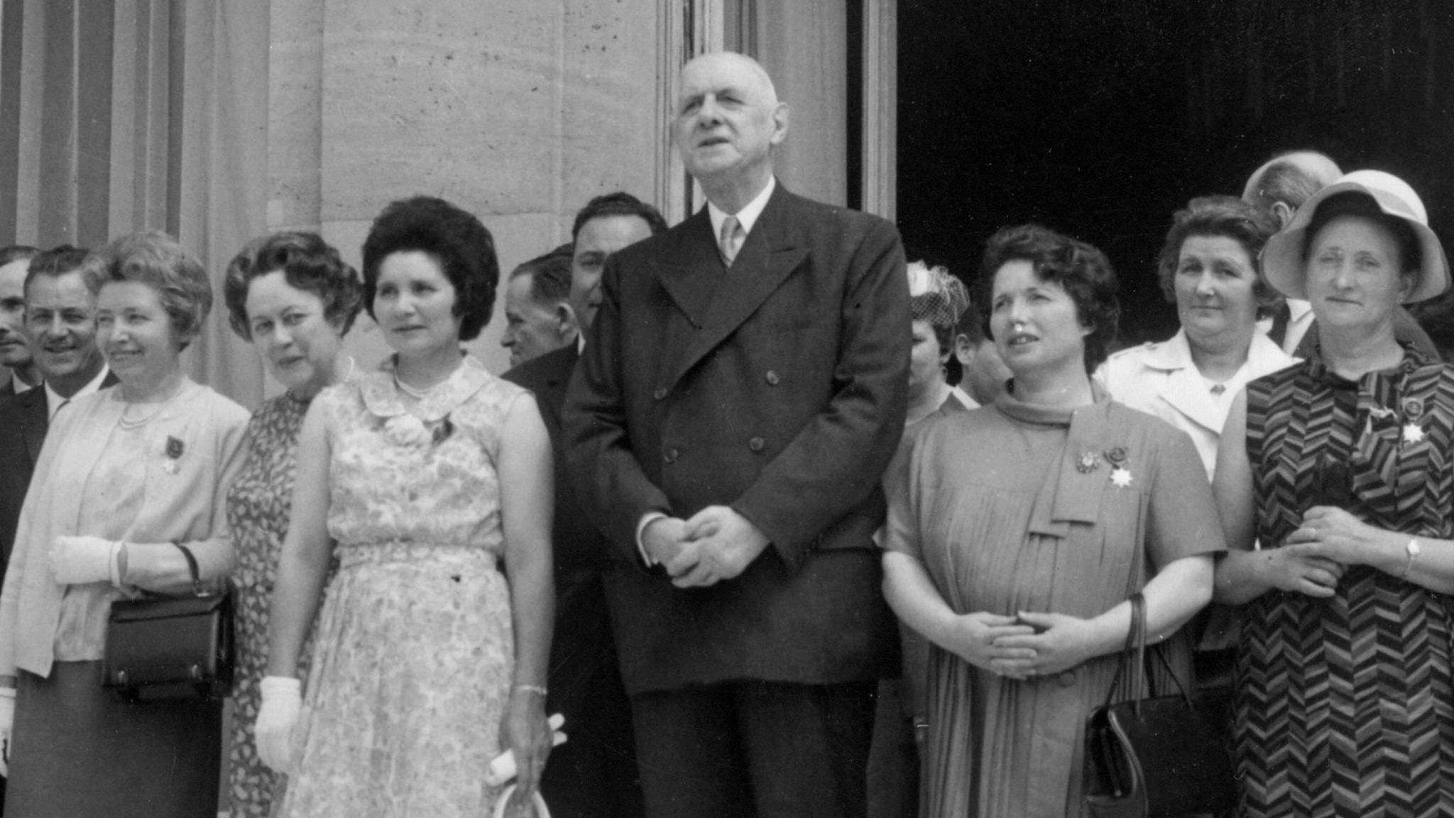 Franske generalen och politikern Charles de Gaulle firar Mors Dag utanför presidentpalatset i Paris, omgiven av kvinnor.