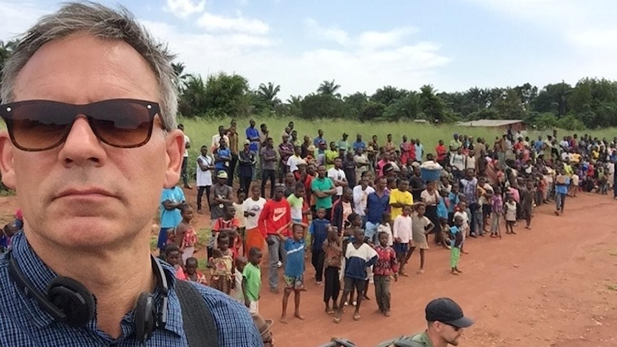 Richard Myrenberg på plats i Kongo dit tusentals flyktingar strömmar in från Angola. Foto: Richard Myrenberg/SR