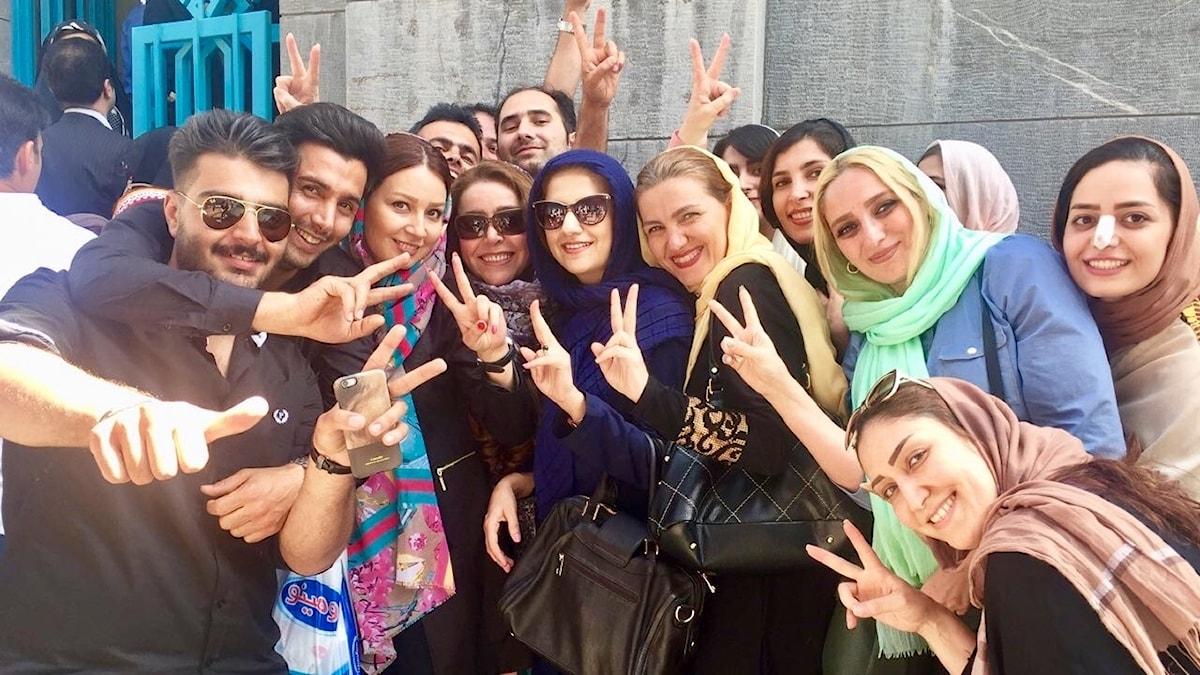Väljare utanför en vallokal i Teheran