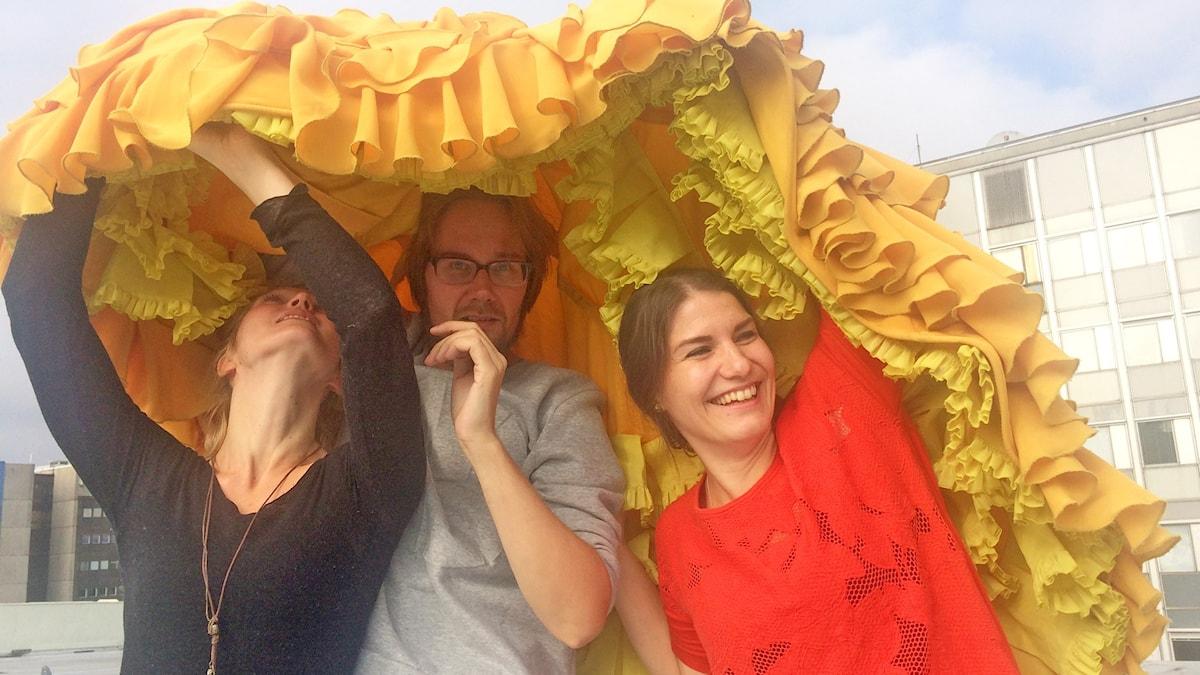 Maija Waris, Erkki Kuronen ja Pia del Norte flamencohameen alla. Foto: Virpi Inkeri/SR