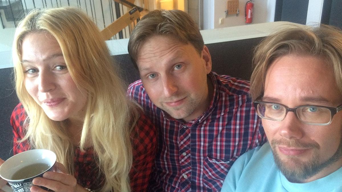 Aftonbladets nöjesreporter Joni Nykänen med Maija Waris och Erkki Kuronen. Foto: Virpi Inkeri/SR