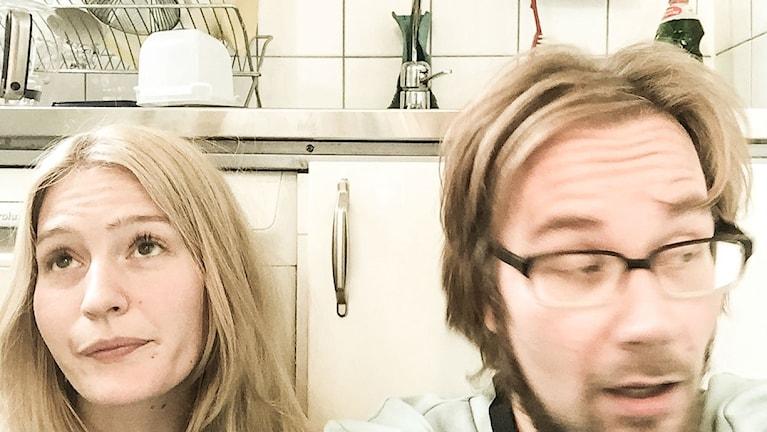 Maija ja Erkki tiskipenkin ääressä