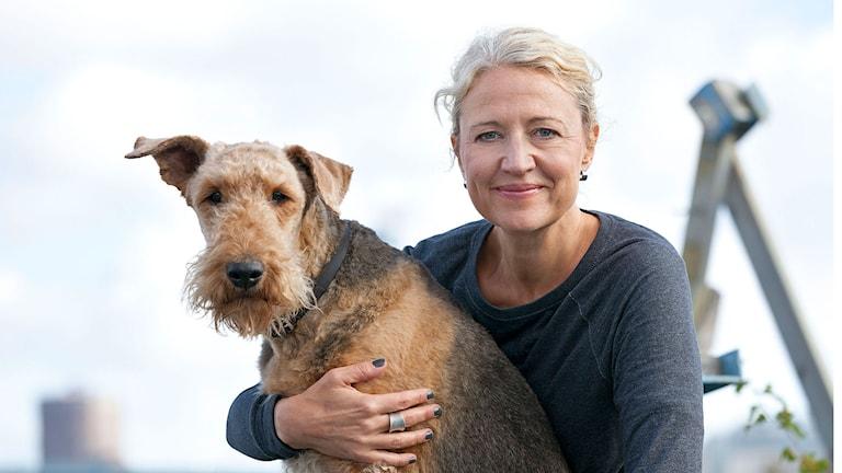 Hunden tar plats i allt fler samhällsfunktioner, som vakt, nos, livsviktigt sällskap eller vårdare. Varför väljer över en miljon svenskar att leva med en hund och vilken är hundens viktigaste uppgift?