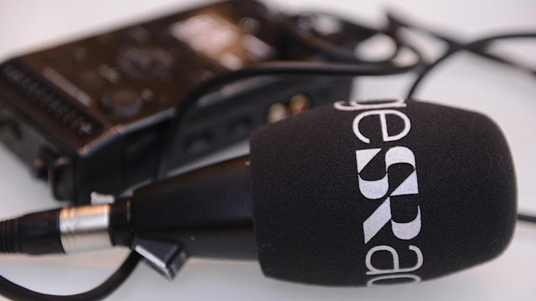 Mikrofon med Sveriges Radios logga. Foto: Nikolas Kominis.