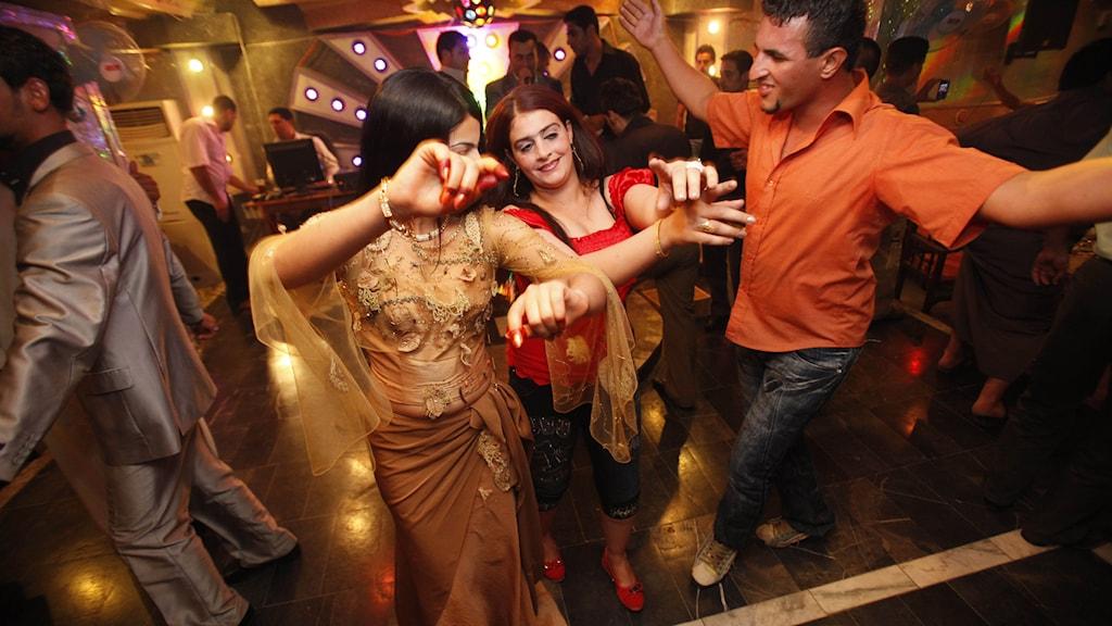 Dansande gäster på en irakisk nattklubb. Foto: Hadi Mizban/TT.