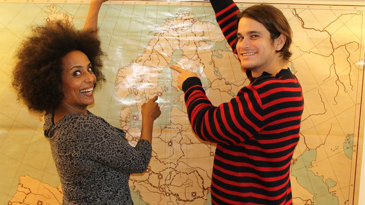 Marika Carlsson och Martin Lagos visar var de helst skulle bo. Vart skulle du flytta i fall du fick välja helt fritt? Foto: Livia Pietsch
