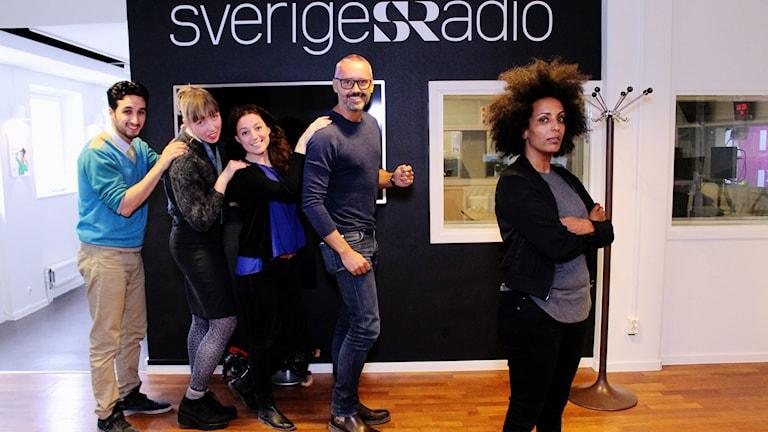 Ljudtekniker Nima Shams , producent Maja Åström, redaktör Nathalie Rotschild, bisittare Hasse Brontén och programledare Marika Carlsson FOTO: Cecilia Djurberg/Sveriges Radio