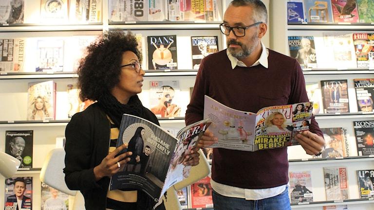 Marika Carlsson läser helst kulturtidskrifter när folk ser på men knycker gärna Hasse Bronténs skvallertidningar när han inte ser. FOTO: Cecilia Djurberg/Sveriges Radio