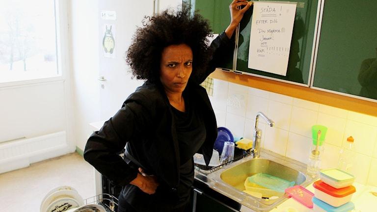 """""""Din mamma jobbar inte här!"""" Marika Carlsson sätter gärna upp arga lappar för att uppfostra folk. Hur gör du? FOTO: Cecilia Djurberg/Sveriges Radio"""