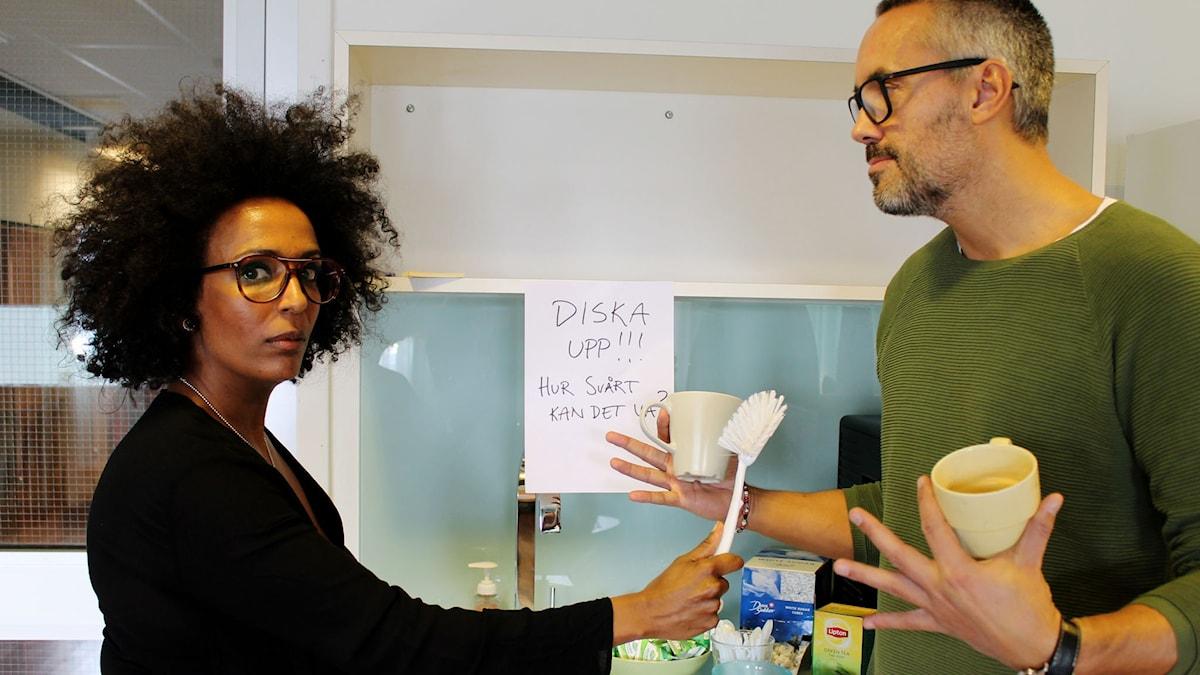 Marika Carlsson sätter gränser i vardagen med hjälp av arga lappar. Hasse Brontén är drabbad. FOTO: Cecilia Djurberg/Sveriges Radio