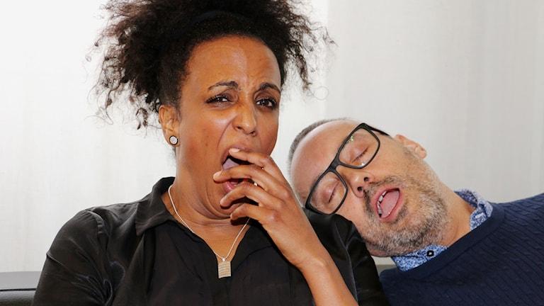 Programledaren Marika Carlsson och bisittaren Hasse Brontén illusterar i bilden hur morgontrött hon är.  Marika gäspar med handen för munnen och Hasse låtsas sova på hennes axel. Båda sitter i en soffa.