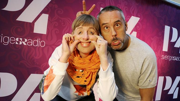 Hasse Brontén vikarier för Marika Carlsson. Vid sin sida det här programmet har han sin producent Maja Åström.